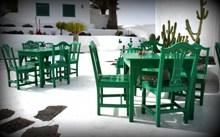绿色木制餐桌椅组合图片下载