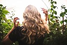 金色波浪卷发发型图片