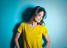 黄色T恤美女高清图片