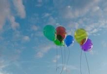 蓝天下气球飞升图片素材