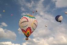 夏日热气球飞升图片