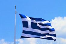 希腊国旗迎风飘扬图片