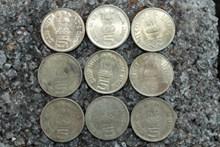 整齐排放的硬币图片