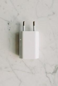 白色充电器图片