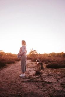 孤独沧桑女人背影图片