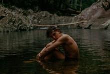 水中湿身男人人体秀精美图片
