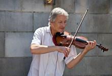 拉小提琴的老人家高清图