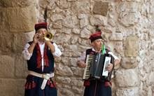 外国男人演奏乐器图片下载
