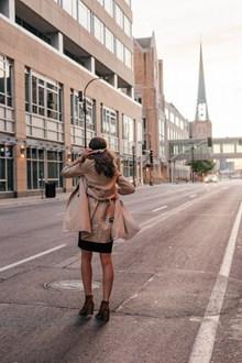 街拍风衣美女背影图片素材