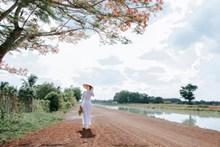白色长裙亚洲美女写真图片素材