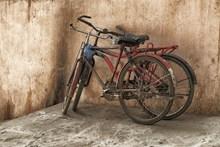 破旧自行车废弃图片素材