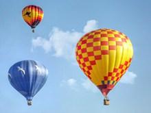 蓝天下热气球飞升精美图片