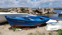 废弃旧船只图片