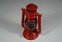 红色复古煤油灯图片