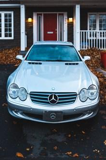 银白色奔驰轿车高清图片