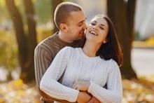夫妻甜蜜拥抱精美图片