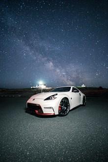 星空下白色跑车高清图片