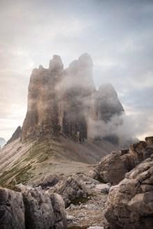石头山雾气蒙蒙图片下载