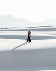 白色沙漠美女人体艺术摄影图片