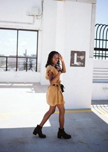 街拍黑人长腿美女图片下载