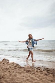 小女孩海边踏浪高清图