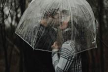 伞下激吻情侣高清图