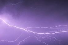 紫色夜空闪电高清图