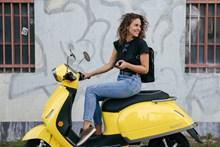美女骑电动车高清图