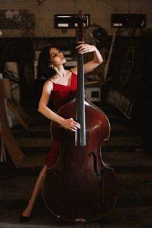 拉大提琴美女图片素材