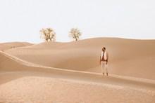 沙漠时尚旅拍帅哥图片