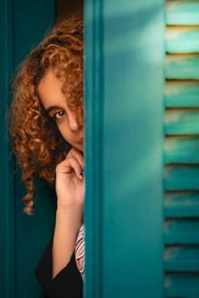 躲在门后的美女图片