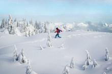 冬季雪地踩雪高清图片