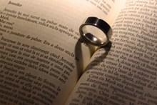 书本与戒指高清图