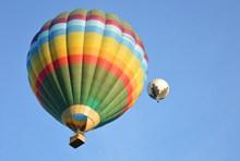 上升彩色热气球图片