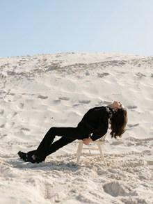 女生沙漠拍照姿势高清图