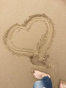 沙滩画出爱心精美图片