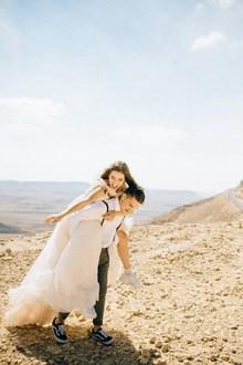 新郎背新娘婚纱照图片下载
