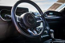 福特野马汽车方向盘图片