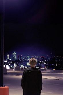 一个人在灯火阑珊的街头高清图片