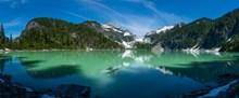 阳光下绿水青山图片素材