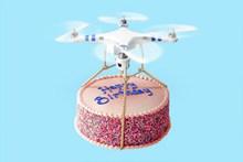 无人飞机和生日蛋糕图片