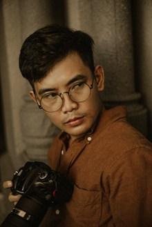 戴圆框眼镜的帅哥高清图片