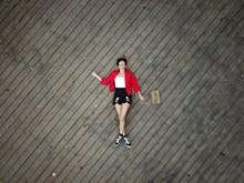 躺在地上的美女写真高清图