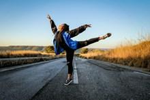 公路上跳舞的美女精美图片