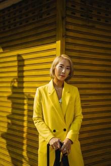 黄色毛呢大衣亚洲美女图片下载