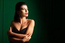 性感锁骨美女人体艺术图片下载