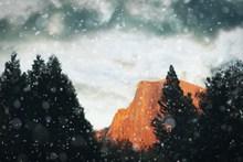 冬季山顶雪花飞舞图片大全