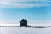 蓝天白云沙漠小木屋图片