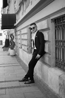 黑白风街拍帅哥图片素材