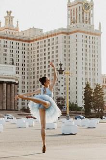 广场芭蕾舞美女独舞图片素材